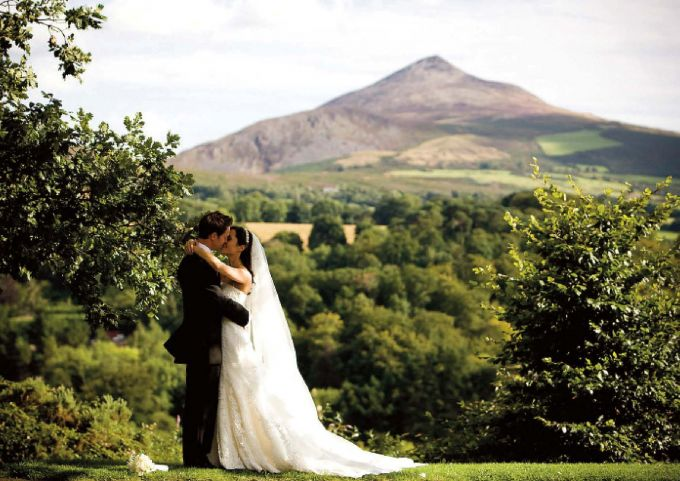 bride_groom_in_powerscourt_gardens